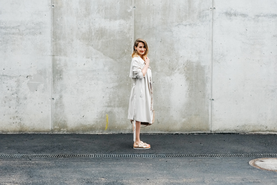 Blog_Nicetohave_Mag_Outfit_Trechnchcoat_Nude_Dress_Birkenstock_Hessnatur_1
